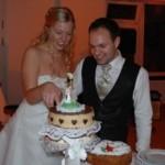Gesa und Jan mit ihrer Hochzeitstorte aus dem Kirchhofladen