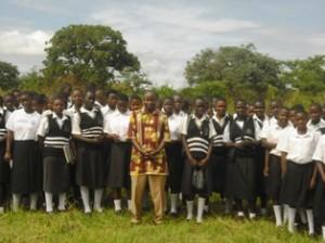 Father John mit den Mädchen, die in das neue Schlafhaus einziehen werden