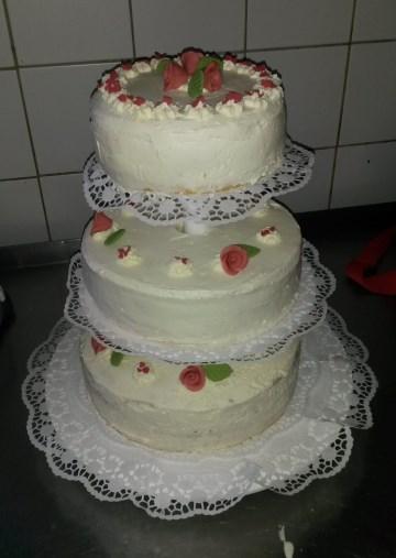 Hochzeitstorte dreistöckig Rosen Sahne
