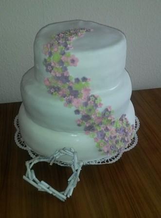 Hochzeitstorte dreistöckig Blumenranke