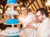 maritime Hochzeitstorte anschneiden